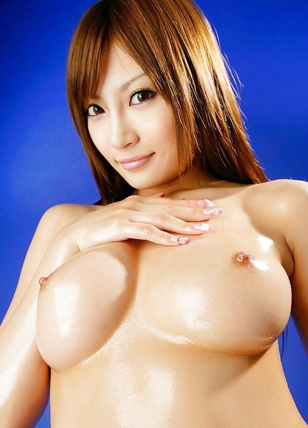 Freie Aktfotos von wohlgeformten Brüsten