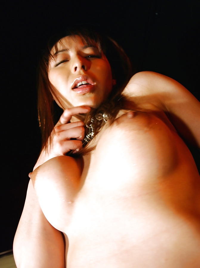 Die feuchte Muschi begeheren Schwanz in ihre kleine Möse.
