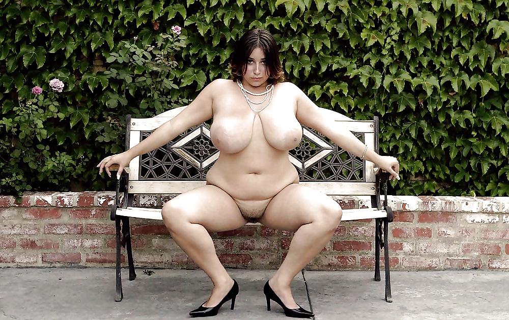 Dickleibige Frauen in freien Aktfotos