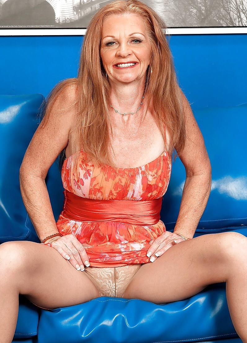 Die betagte Schlampe halt ihren Körper sportlich.