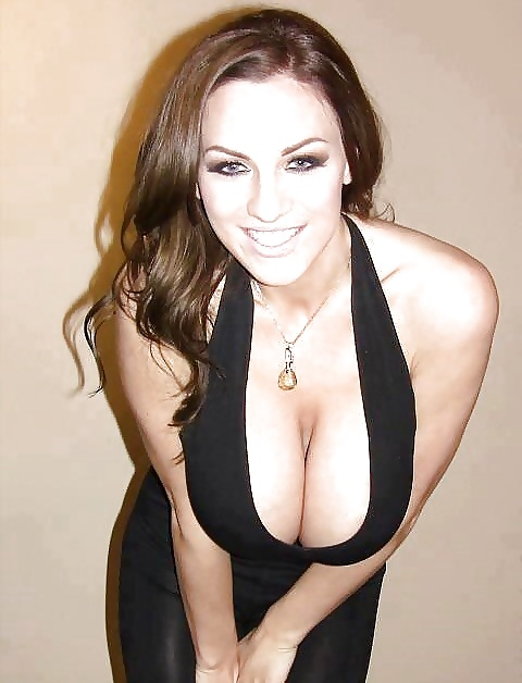 Hübsche Mädchen haben schönen Körper in Kleidung auch.