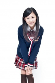 Hübsche japanische Schülerin prangt in Uniform.