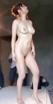 Nackte asiatische Titten und behaarte Muschi widg gefotografiert.